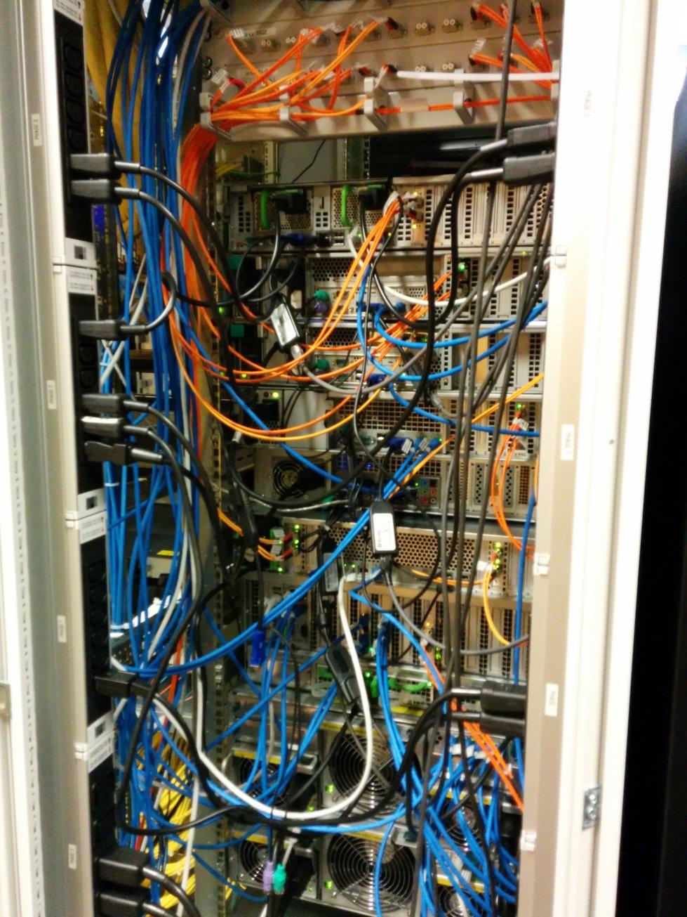 Der Serverraum ist laut aber farbenfroh