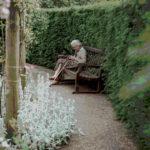 Alte Dame liest in ihrem Smartphone