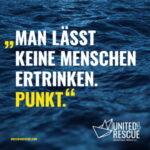 """Schrift vor tiefblauer Meereswelle: """"Man lässt keine Menschen ertrinken. Punkt."""""""