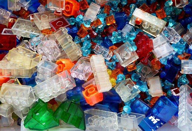 Ein Haufen Legosteine, viele sind transparent